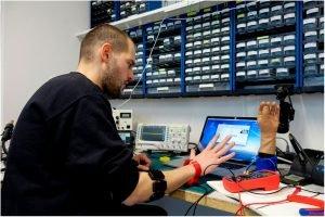 Progettista di protesi d'arto superiore all'opera
